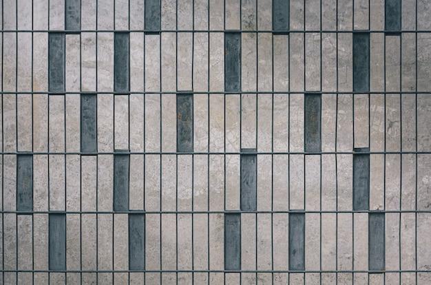 Modello moderno di recinzione metallica di colore grigio su sfondo di cemento