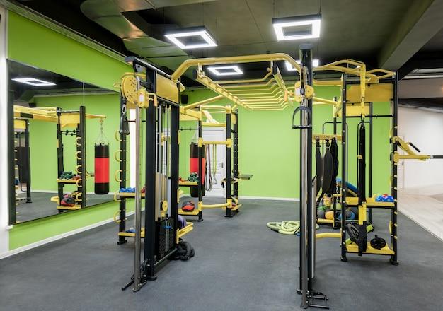Palestra moderna con attrezzature. interno di un palazzetto dello sport