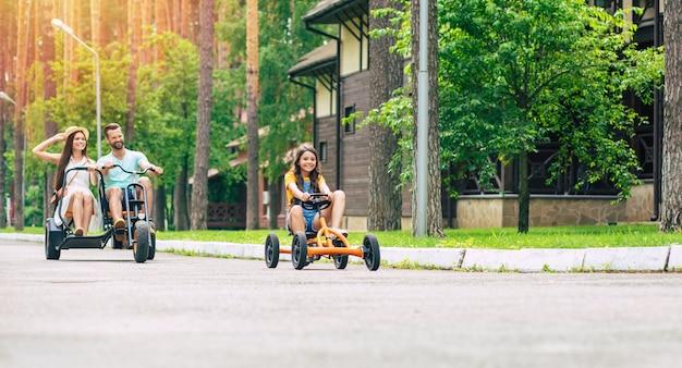 Moderna famiglia felice giovane turista in vacanza in sella alle biciclette e divertirsi insieme