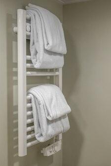 Moderna scaldasalviette sulla parete del bagno. scaldasalviette moderno bianco