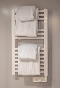 Moderna scaldasalviette sulla parete del bagno.