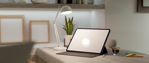 Interno moderno dell'ufficio domestico con il modello e la tastiera della compressa digitale sulla rappresentazione della scrivania 3d