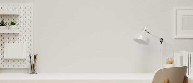 Moderno spazio di lavoro domestico con spazio copia e cornice mock-up in interni in tono bianco decorato con lampada da tavolo, cancelleria e scaffale, rendering 3d, illustrazione 3d