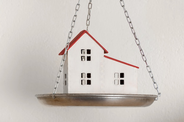 Modello di casa moderna sulle scale