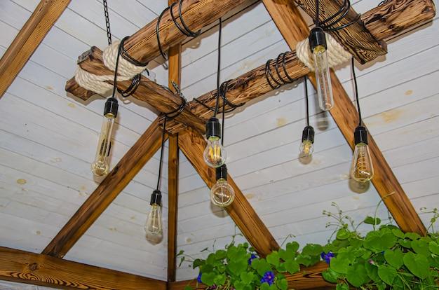 Lampade in stile moderno e industriale decorate in un'area reception in stile moderno.