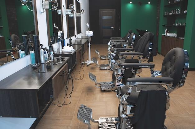 Interni moderni del barbiere nei toni del verde