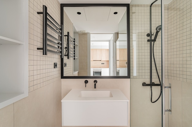 Interior design moderno del bagno in beige con decorazione in metallo nero vista frontale del bagno con ...