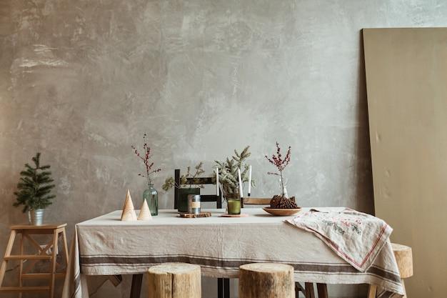 Soggiorno dal design moderno con decorazioni natalizie, tavolo, abete.