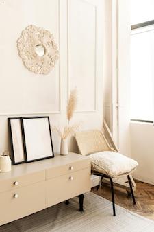 Interior design moderno. elegante soggiorno luminoso decorato con comode cassettiere, sedia, pianta domestica, pittura, moquette, pareti bianche.
