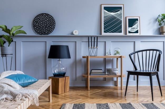Interni moderni del soggiorno con console di design in legno, chaise longue, lampada, piante, cornice per poster, decorazioni ed eleganti accessori personali in un elegante arredamento per la casa.