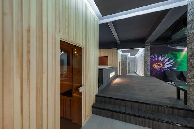 Complesso termale moderno della stanza interna e la sauna