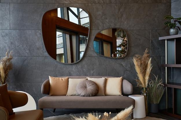 Interni moderni con specchi di forma irregolare