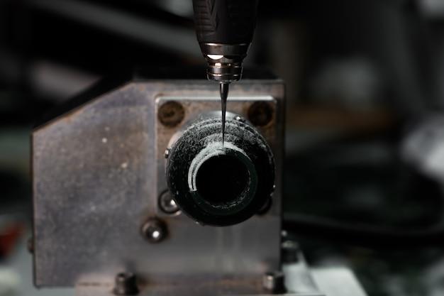 Moderna tecnologia di gioielleria. la macchina cnc ritaglia l'anello di cera verde. produzione di anelli. creazione di gioielli artigianali.