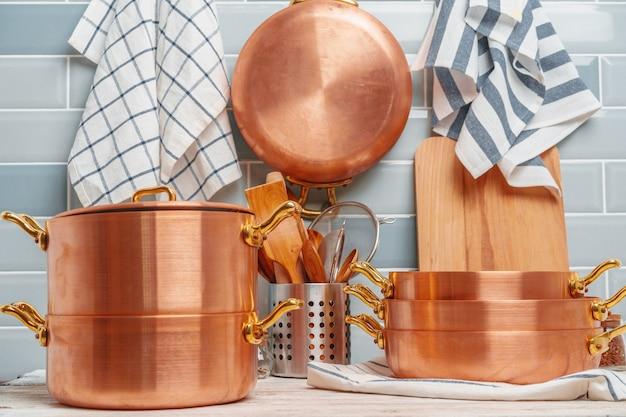 Dettagli della cucina moderna con stoviglie in rame da vicino