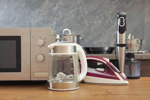 Cucina moderna ed elettrodomestici sullo sfondo dell'interno della cucina