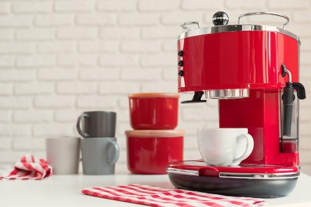 Primo piano della macchina da caffè in stile retrò rosso della cucina moderna