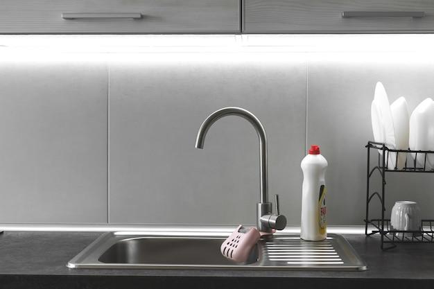 Lavello da cucina moderno e rubinetto con retroilluminazione accesa, foto del design della cucina