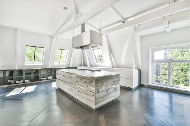 Cucina moderna con elettrodomestici nuovi e pareti bianche in appartamento progettato in stile minimal