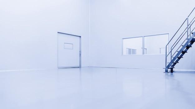 Interno moderno del laboratorio o fabbrica del magazzino con la scala del metallo