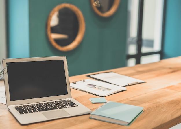 Il laptop moderno sul desktop