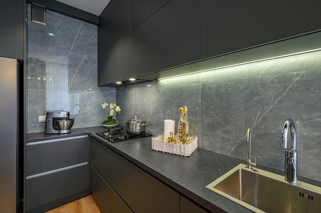 Grande primo piano grigio scuro di lusso moderno della cucina
