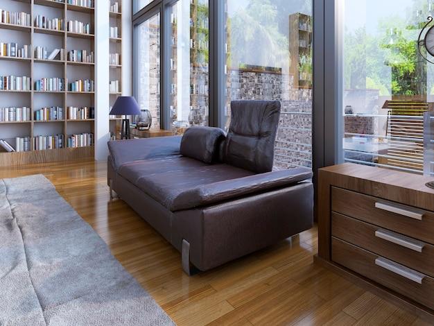 Un moderno divano in pelle e lampada su pavimento in legno e design di una biblioteca in una casa moderna con finestre.