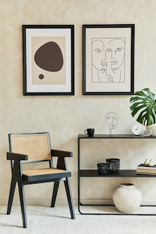 Interno moderno del soggiorno con due modelli di cornici per poster modello geometrico di poltrona da comodino