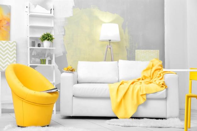 Soggiorno moderno con divano e poltrona