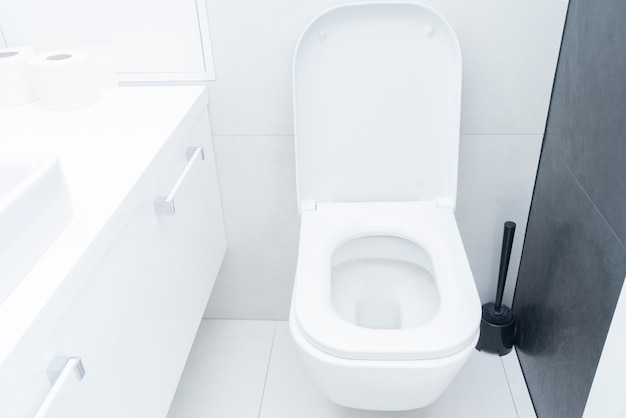 Bagno moderno di lusso con il wc