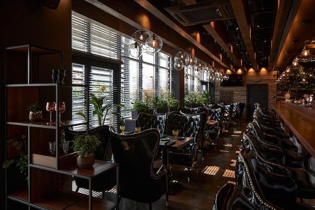 Interni moderni di lusso in stile nero con sedie in pelle nera