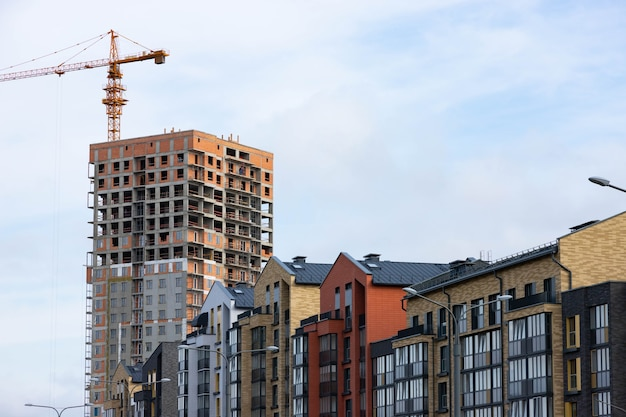 Edificio residenziale di lusso moderno contro il cielo.