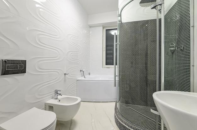 Bagno moderno di lusso bianco e cromato
