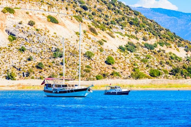 Yacht di lusso moderno e barca a motore al porto. vacanze estive