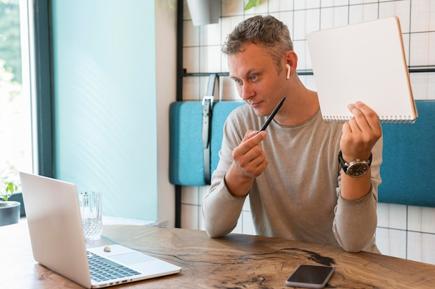 Uomo moderno che mostra le note sulla videochiamata