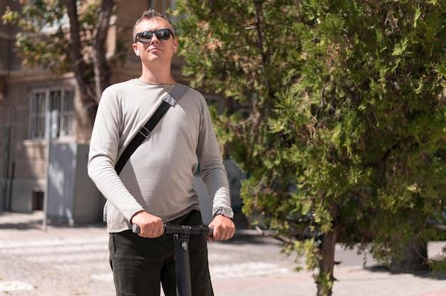 Uomo moderno che fa un giro sul suo scooter