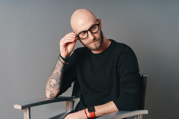 Uomo moderno con barba e occhiali rilassante Foto Premium