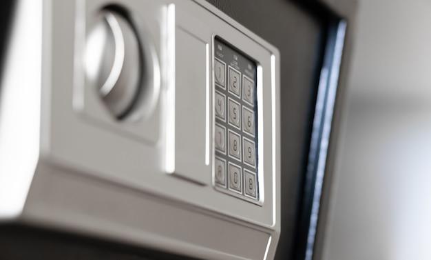 Moderna cassaforte in metallo all'interno dello scaffale dell'armadio nella camera d'albergo, armadietto con tastiera elettronica di sicurezza di sicurezza per gli ospiti della camera per riporre oggetti di valore