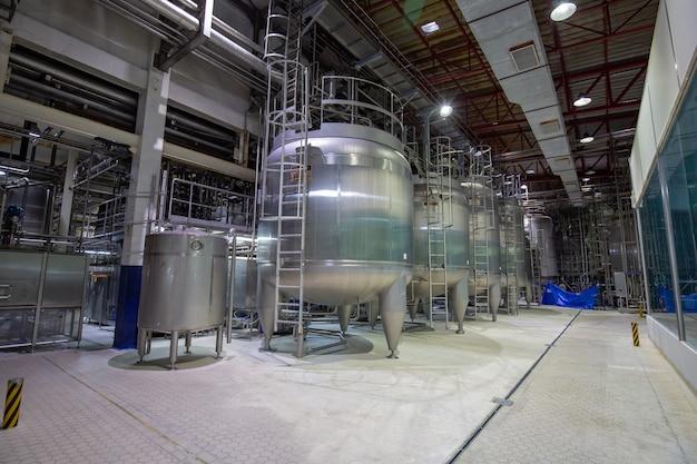 Cantinetta latte moderna con serbatoi in acciaio inox industria