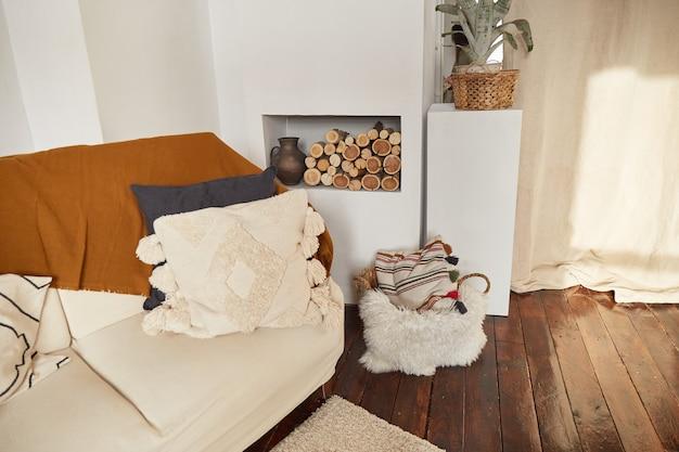 Interni moderni e minimalisti in stile eco. un appartamento luminoso naturale in stile trendy. lampada decorativa in paglia.