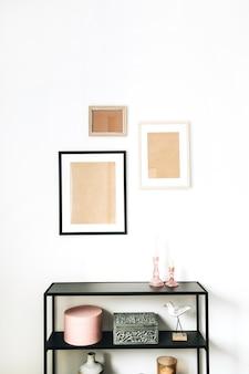 Concetto di interior design scandinavo minimale moderno decorato con finte cornici per foto, figurine di uccelli, cremagliera su bianco.