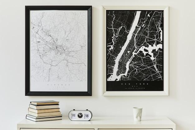 Concetto moderno e minimalista di due mappe con comò bianco, decorazione, libro, orologio ed eleganti accessori personali..
