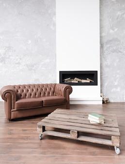 Moderno soggiorno minimalista con divano in pelle e camino