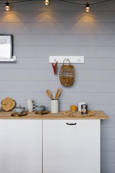 Moderno appartamento minimalista bianco, scandinavo, design della cucina a casa