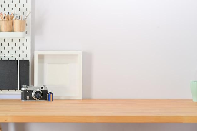 Moderno spazio di lavoro minimalista scrivania e copia spazio