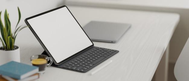 Spazio di lavoro moderno e minimalista con tastiera tablet portatile e decorazioni su tavolo in legno rendering 3d