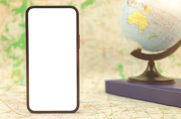 Telefono cellulare moderno con schermo bianco vuoto sullo sfondo del globo e mappa della città, copia spazio foto