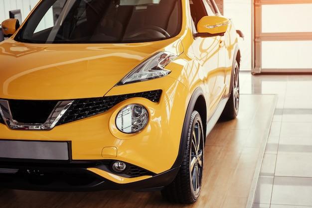 Moderne modellini di automobili nello showroom