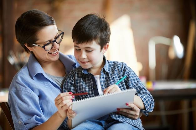 Disegno moderno di figlio e madre