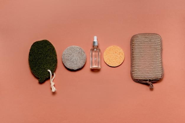 Accessori moderni e naturali e cosmetici a base di erbe per la cura del viso e del corpo. concetto di rifiuti zero e forniture eco-compatibili per la cura di sé. stile piatto laici copyspace vista orizzontale superiore