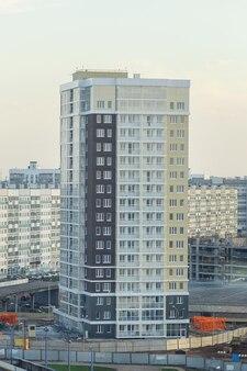 Condominio moderno e nuovo. condominio moderno, nuovo ed elegante a più piani. immobiliare. nuova casa. condominio di nuova costruzione.